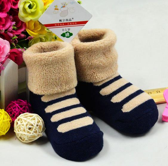 秋冬季节给宝宝穿的袜子必须的是加厚的