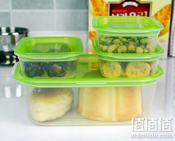 天猫报价12.9元,拍下实付8.9元包邮。吃不完的菜或是需要长期存储的干货,建议尽量用保险盒密封装好后再放入冰箱,免得串味或是让冰箱带有异味。这款日本进口的保鲜盒采用食品级材质制作,盒子无异味、安全环保。而且保鲜盒的密封效果非常不错,像是流质食物也能使用。